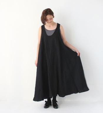 リネン80%とシルク20%の贅沢な素材のワンピース。たっぷりと生地を使い、ボリュームがあるのに軽やかで、シンプルに着るだけでかわいいのは、計算しつくされた逸品ならでは。