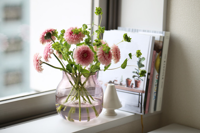 大きめのガラスの花器は水彩色のようなピンク。そして水を入れた時の濃淡がとても素敵です。窓辺に置いて光をたくさん取り込んで、ゆらゆら煌めいた姿を眺めていると何だかほっとしますね。