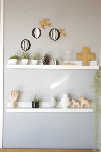 リビングの飾り棚にグリーンや木のオブジェと一緒に並べます。どんなアイテムと合わせても、その雰囲気に溶け込んでしまうのが「ガラス」アイテムの素敵なところです。
