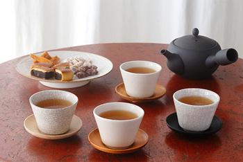 目上の方をお招きする場合は、丁寧に淹れたお茶がオススメです。茶托を使ってお出しすると、より改まった雰囲気になりますよ。