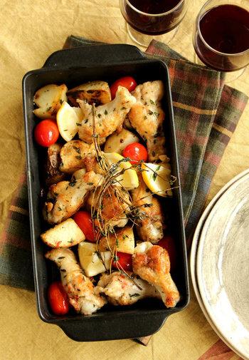 手羽元を使ったボリュームたっぷりのグリルチキン。実はフライパンで作れるシンプルレシピなんです。タイムやにんにくの香りを活かした味付けは、鶏もも肉や豚肉でもアレンジできるそうですよ。