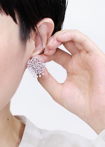 まるで雪の結晶のように見えるシルバーの耳飾り。実は「粘菌」をモチーフにしているユニークなデザイン。洗練された雰囲気は、張り詰めた冬の空気にも似合いますね。淡水パールもいいアクセントになっています。