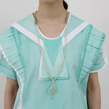 レインドロップの形をしたビーズのペンダントヘッドにパールとリボンを組み合わせたネックレス。夏らしいカラーのトップスにもシンプルなお洋服にも似合います。
