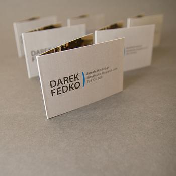 二つ折りのビジネスカードは、情報量を多く盛り込めるのが魅力。中面に写真などを使えるのもメリットです。