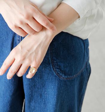 ルチルクォーツの指輪は、水晶の中にゴールドの針状物質が入った神秘的なデザインが魅力的です。まだ三寒四温の季節に温かみとクールさを併せ持ったアイテムを身につけて!