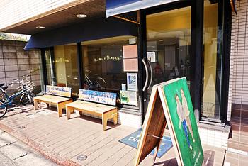 鎌倉にある老舗カフェ、カフェヴィヴモンデイモンシュ。 広々とした店内でゆったりと過ごす鎌倉でのカフェタイムは、極上のひととき。