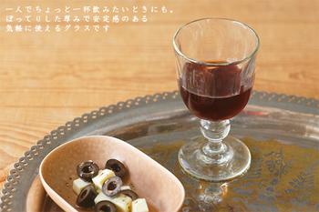 長野県東御市でご夫婦で営まれている、ガラス工房「橙(だいだい)」が手がけるワイングラス。グラスには、東御市特産の「くるみ」の灰が混ぜこまれており、光にかざすと淡い緑色の輝きを楽しめます。ひとつひとつ丁寧に手作りされた温もりを感じるワイングラスです。