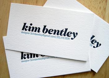 シンプルな白地に、会社名や個人名をがっちりとした書体でアピール。連絡先だけをブルーで添えています。個人で名刺を作るときなどにも参考になりそうですね。