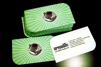 会社名から、アルマジロのイラストがメインに。なんて可愛らしい!丸みのあるコーナーの処理も気がきいています。