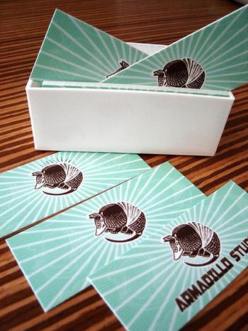 アルマジロカードは、こういうタイプももあるようです。名刺は、細長い形もおしゃれで可愛いですね。