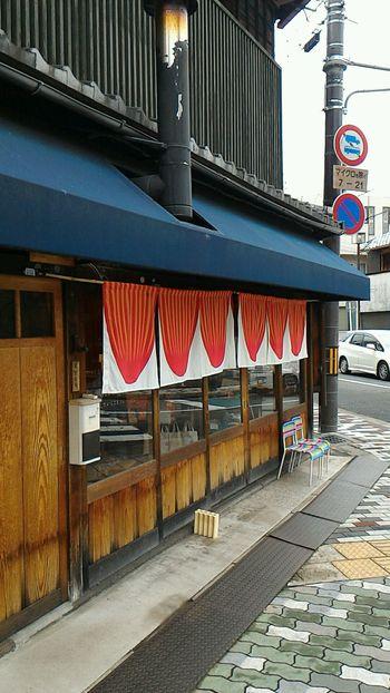 京都の北山にある自家焙煎珈琲販売店、サーカスコーヒー。 2011年にオープンして以来、町屋を改装したその外観とコーヒーの味が評判を呼び、人気の観光スポットともなっています。