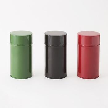 カラフルなコーヒー缶は飾っておきたくなるほど。 コーヒーの種類によって、カラーを使い分けてもいいですね。
