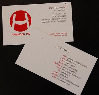 会社名の頭文字をデザイン化したマークでしょうか…?インパクトのあるデザインと鮮やかなカラーは、目を引きますね。