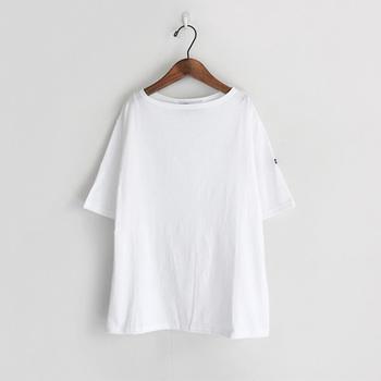 さらっとした薄手のTシャツは「セントジェームス」のもの。袖がやや長めで気になる二の腕もカバー。ボートネックなので、首回りもスッキリして見えますよ♪吸湿性も良い素材なので、これからの季節に活躍します。