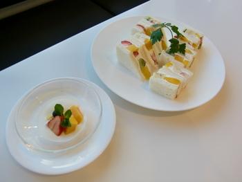 フルーツサンドイッチはヨーグルトがついて1080円(税込)。白を基調とした高級感のある店内では、フルーツの色が一層引き立ちます。