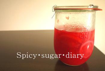 こちらは皮を剥いてタップリの汁で煮たコンポート。 甘めに仕上げれば、ヨーグルトにもぴったり。 ピンク色に澄んだ汁はゼリーにしても美味しそうですね。