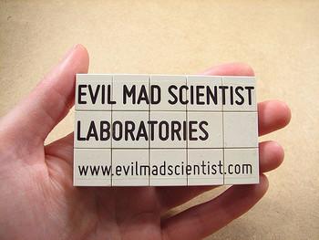 こちらは、レゴ名刺。レゴに、会社名とアドレスのデカール(シール)を貼っているようです。楽しいアイデアですね。