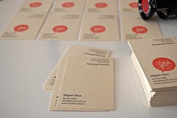 温かみのある生成りの紙に、スタンプ的に赤をプラス。手作り感のある名刺デザインです。