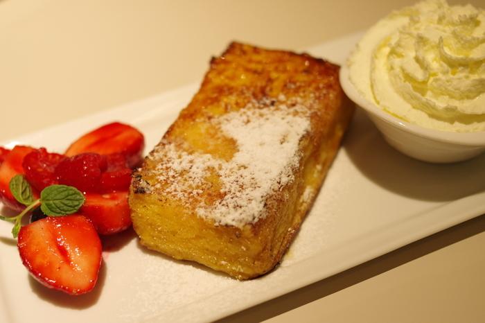 +フレンチトースト  苺などのベリー類がよく添えられますが、すもものコンポートを合わせてみるのも◎。 真っ赤なソースが食欲をそそる、夏にピッタリで爽やかな味のフレンチトーストになります。