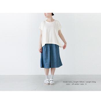 岡山県児島の自社工場で作られた、ふんわり、ゆったりシルエットのTシャツ。着心地は抜群でさらりと風が通り抜けるよう。短めの袖と斜めに縫製された身頃で自然なシルエットが素敵です。吸湿性も高いので、気持ち良く着られますね。