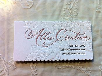 花柄のエンボスを施した台紙に、エレガントな書体。そのまま飾っておきたくなるような、おしゃれなビジネスカードです。女性向けのお店のカードなどにいいかもしれませんね。