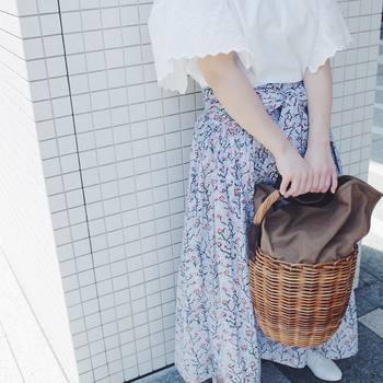 肌の露出が気になるこの季節、肌を隠しつつもおしゃれに涼やかにみせてくれるアイテムがロングスカートです。今回は七難隠しておしゃれにみせる、素敵なロングスカートのコーディネートをご紹介したいと思います!