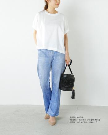 リラックス感のあるゆったりとした身幅と、袖口のクシュッとした感じがとってもフェミニン。まるでブラウスのような白Tシャツです。空気を含んだようなふんわりとしたシルエットは、ジーンズだけでなくスカートにもよく合います。