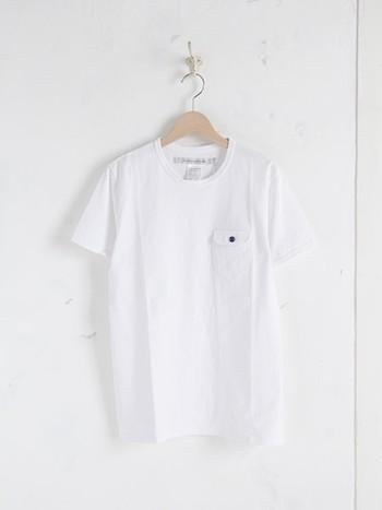 ベーシックな形の胸ポケット付きのTシャツですが、よく見るとボタンは陶器製!こだわり溢れるTシャツです。陶器のボタンは強度も十分。少々ぶつけたぐらいでは割れることはないそうです。メンズサイズですが、女性が着ても素敵ですよ♪