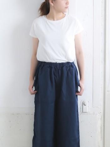 少し長めの丈と、パフスリーブの袖が女性らしい印象です。なめらかで柔らかい生地は肌触りも良く、着心地も抜群。着回しもきくので、色々なコーデに似合います。長めの丈は気になる部分もカバーしてくれますよ。