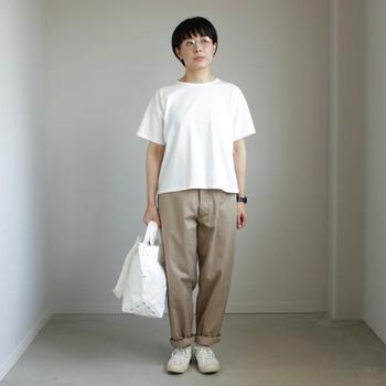 ボックスシルエットの白Tシャツは、きめ細かくなめらかなコットン。上品な光沢もあり、品質の良さがしっかりと出ています。ジャストな着丈なので、パンツ、スカートなど様々なボトムスに合います。日常着としてはもちろん、オールマイティに活躍する一枚です。