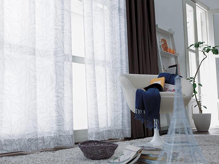 お部屋に入る紫外線は、カーテンをUVカット加工済みのものにすることで軽減できます。陽射しを遮らないレースカーテンならお部屋も暗くならず、絨毯やインテリアの日焼けからも守ってくれるので安心。