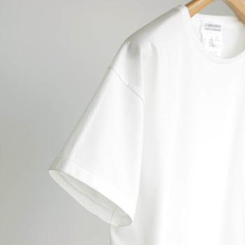 夏になると必ず1着は欲しくなる白いTシャツ。でも、ただの白いTシャツと言っても様々な生地や形があり、それぞれに違った表情があります。シンプルで定番のものだからこそ、素材やニュアンスにはこだわりたいですね。今年の夏のワードローブに加えたい白Tシャツをご紹介します。