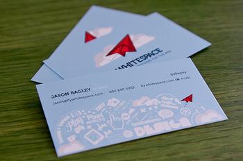 名刺やショップカードは、デザインの良さも大切ですが、まずは自分の気持ちを素直に相手に伝えることがポイントです。その会社らしさ、そのお店らしさ、そしてその人らしさがうまく表現できたら成功ではないでしょうか。