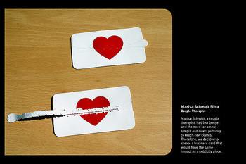 点線に沿ってつまみを引いてみると、メッセージが現れます。なんて遊び心にあふれたカードでしょう。ショップカードなどに使えそうな楽しいアイデアですね。