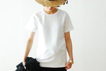 1995年に発売されてから、ずっと人気の「ストレッチフライスショートスリーブTシャツ」。肉厚な生地なので、1枚でさらっと着るのにピッタリ。重ね着をしたくない暑い夏に重宝します。
