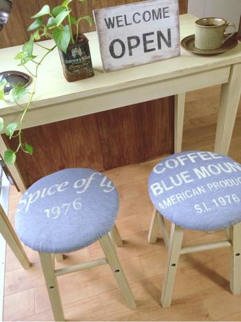 デザインによっては「置いているだけでは、そこまでおしゃれにならない」! そんなときは、丸椅子用のカバーを取り入れてみましょう。 カバー一枚で大きく印象が変わってくるはず。