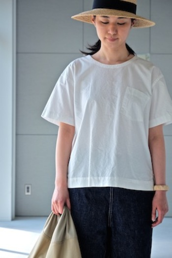 """涼し気な「MHL.」のTシャツは""""PAPER COTTON""""と呼ばれる、タテ糸を単糸、ヨコ糸を双糸にした、紙のような風合いがありながらもしっかりとした生地感があります。ちょっと斜めについた胸のポケットもポイントになってかわいいですね。裾にもスリットが入っていたりとディティールに凝っていますよ。"""