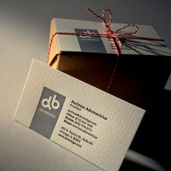 上質な紙に、落ち着いたデザイン。エンボスなども施して、上品で高級感のある雰囲気が感じられます。