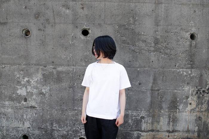ボートネックのような独特な形がポイントの「リビングワークT」。身頃も四角く、女性らしさと少年っぽさが同居していますが、着ると素敵なシルエットに。ただのTシャツはつまらない、ひねりのあるデザインをお求めの方におすすめです。