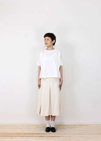 少し短めの丈がかわいい、ゆったりシルエットのTシャツ。ロングスカートやガウチョなどボリュームのあるボトムスにピッタリです。落ち感があるので、シルエットをスッキリ見せてくれる効果もうれしいですね。