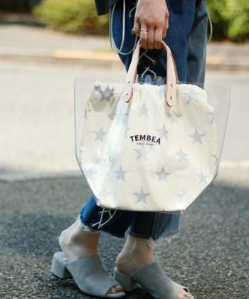 ビニール素材に革の持ち手が楽しいトートバッグ。たっぷり容量がある星柄の内袋のおかげで、中身のレイアウトを気にする必要もなし。デザインがベーシックだから、ワンシーズンだけじゃなく、もっと長持ちさせて使いたくなります。