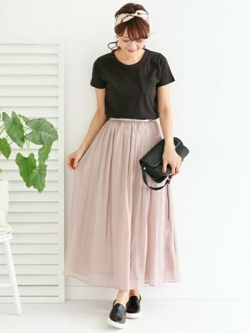 ピンクにシフォン、女性らしさがたっぷり詰まったスカートは、黒のトップスと小物でコーデを引き締めて、甘さ抑え目に。