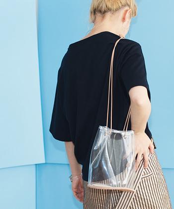 夏のショルダーバッグはできるだけ軽やかなのがいい。だからクリアな素材というのは、ドンピシャな要素。ミニマルなデザインだからこそ、潔くて格好いいのです。