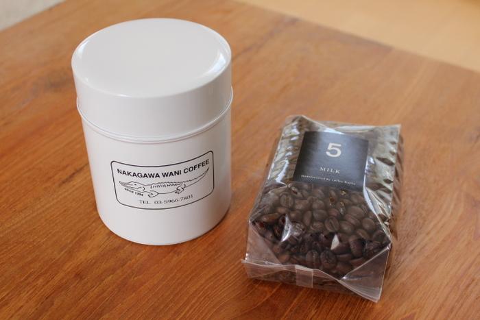 """こちらは、そんな中川ワニさんと東京で人気の雑貨店""""CINQ""""とのコラボコーヒー缶。ころんとした形がかわいいデザインとなっています。"""