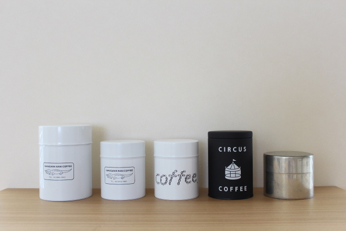 お気に入りのコーヒーの香りをできるだけそのままに。 きちんと保管するなら、コーヒー缶がおすすめ。 今回は、そんなコーヒー缶の中でも、おしゃれで素敵なコーヒー缶を集めました。