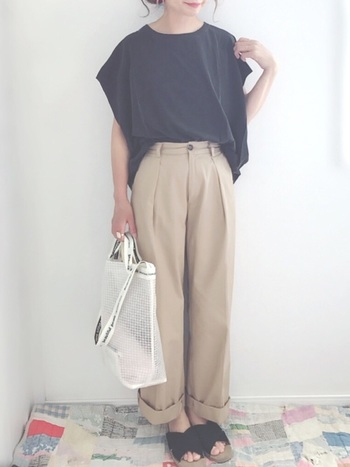 リラックス感あるキレイめスタイルを作りたいときにも、ビニールバッグが活躍。色合わせをごちゃごちゃさせないことで、全体のまとまりもいい感じに仕上がっています。