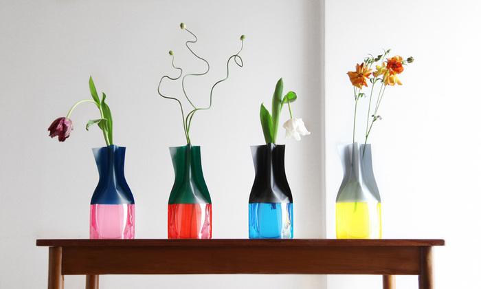 ビニール製のフラワーベースは、その意外性が魅力。カラフルで透明感のある質感も素敵です。花を飾らない時にも、場所をとらずに収納しておけるところもいいですね。