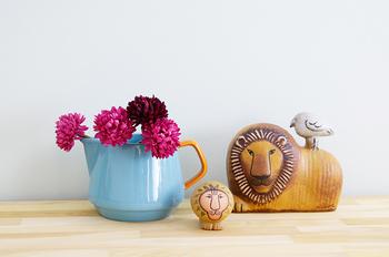 爽快なブルーのジャグをフラワーベースに。ビビッドなピンクの花の可愛らしさが際立ちます。ジャグのポテッとしたフォルムは、動物のオブジェとも相性がぴったり。