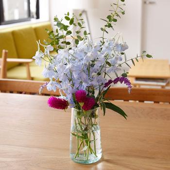 好きな色、形の花だけをセレクトした花束は、シンプルなフラワーベースですっきりと◎ 同じ種類の花同士でまとめると、バランスがとれますよ。