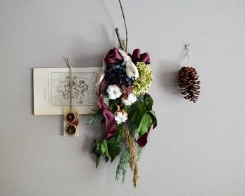 松ぼっくりや、ドライフルーツのワックスバーと一緒に飾って、ナチュラル感あふれるスペースに。季節によって組み合わせるアイテムを変えてもいいですね。